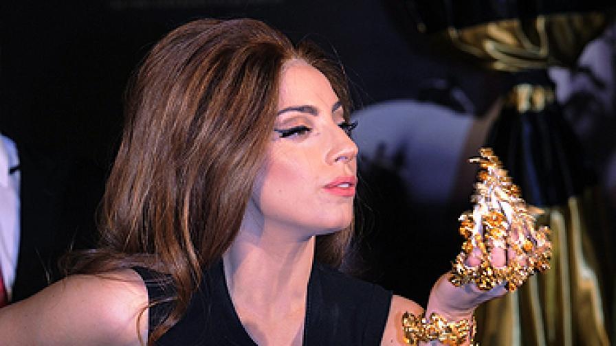 За чашата, името и цвета на косата на Лейди Гага (видео)