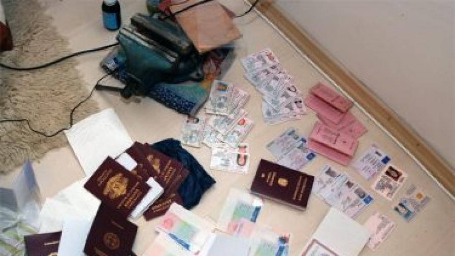 Разкриха фалшификатори на документи