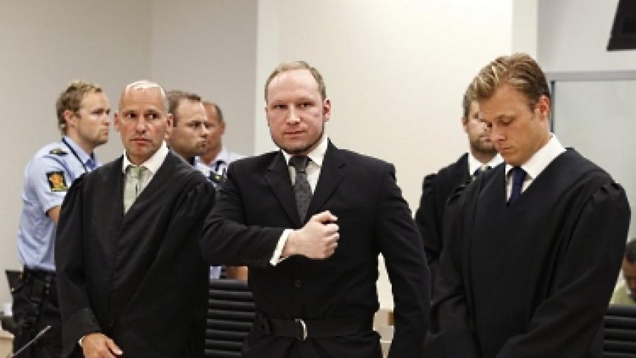 Брайвик (в средата) в съда