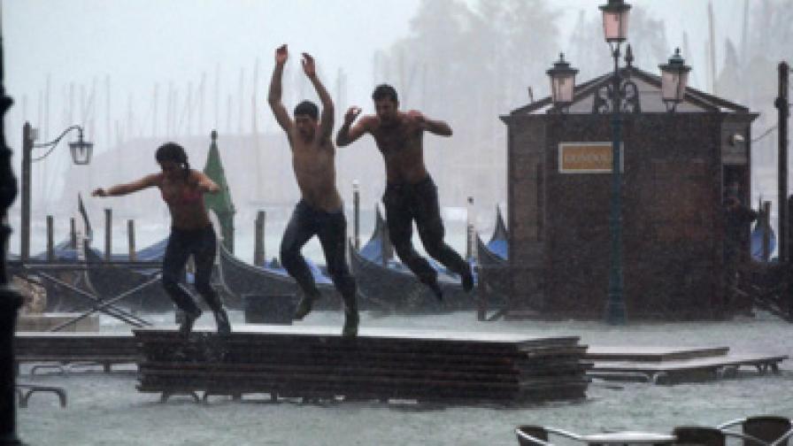 Туристи плуват в наводнена Венеция
