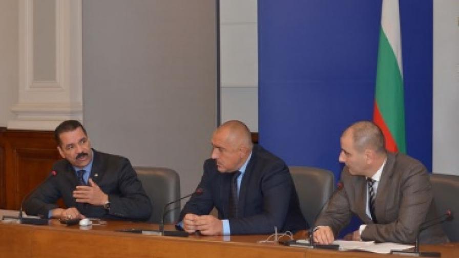 генералният секретар на Интерпол Роналд Ноубъл (л) даде пресконференция заедно с премиера Бойко Борисов и вицепремиера Цветан Цветанов