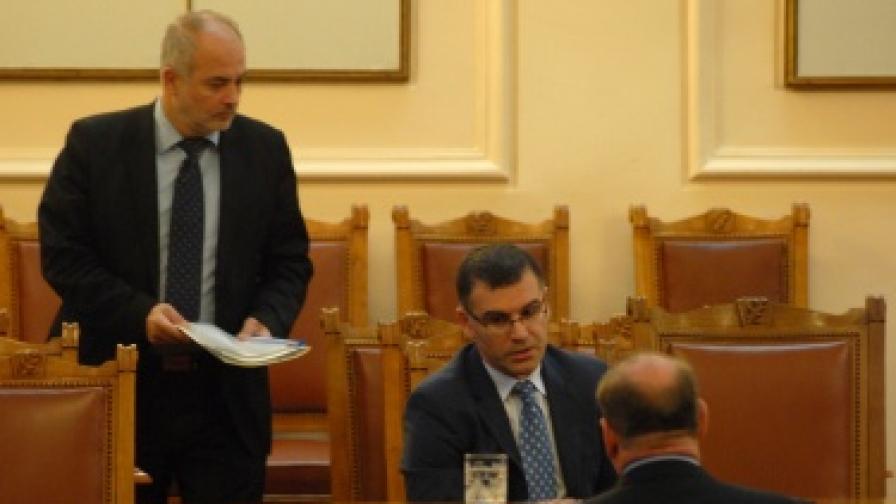 Министрите Симеон Дянков и Тотю Младенов участват в обсъждането в Народното събрание на законопроекта за Бюджета на държавното обществено осигуряване