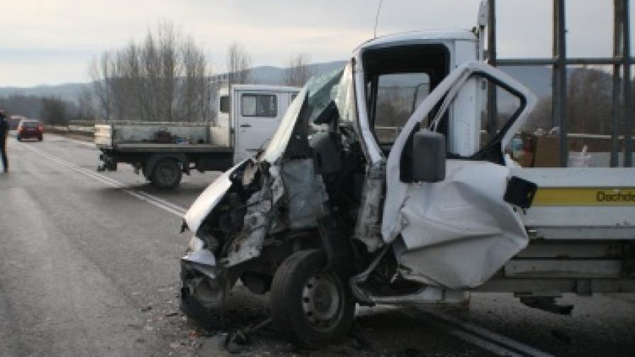 Една от катастрофиралите коли на надлеза на село Тулово
