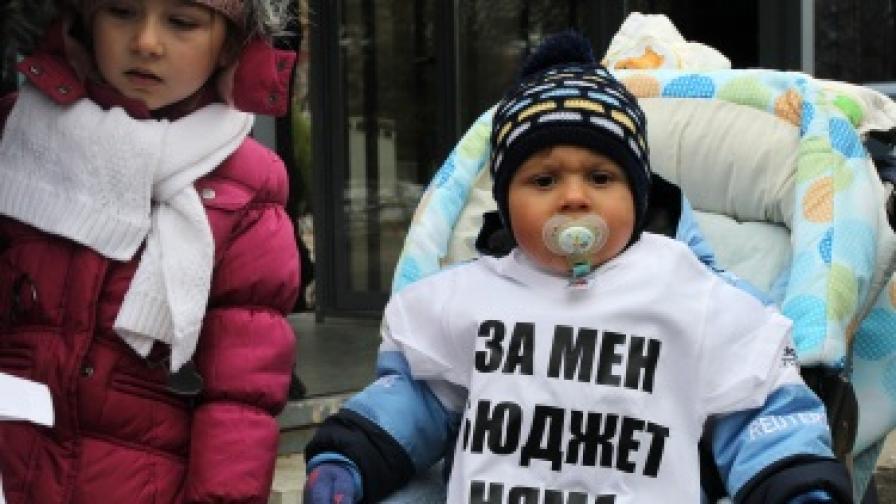 Детските надбавки остават 35 лв. месечно, майки на протест пред парламента