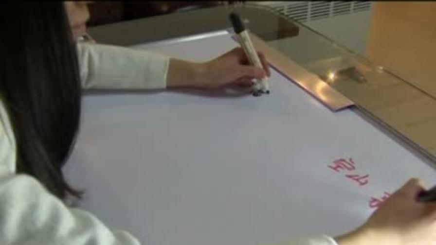 Китайка може да пише едновременно с двете си ръце на два различни езика
