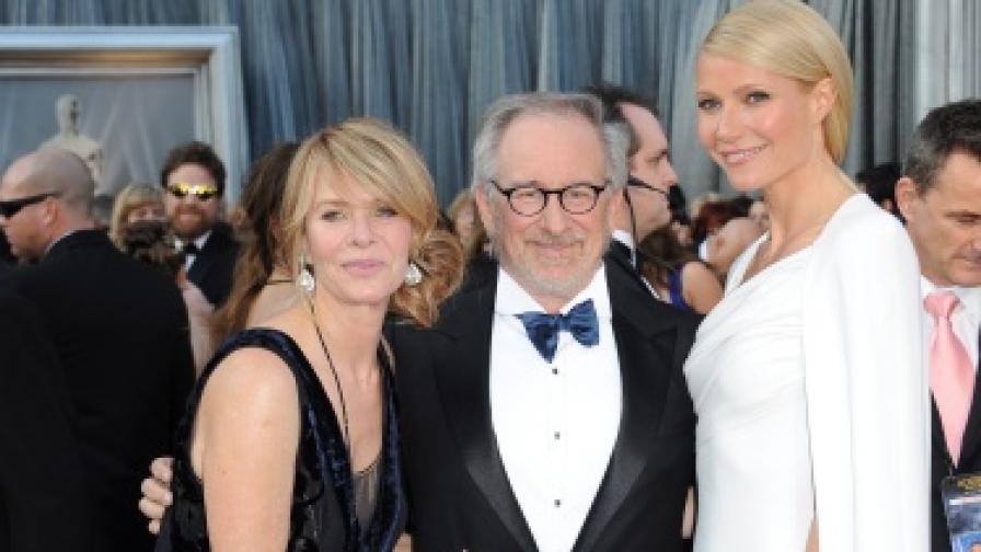 """Стивън Спилбърг, съпругата му Кейт Кепшоу (л) и актрисата Гуинет Полтроу (д) на церемонията за наградите """"Оскар"""" през февруари 2012 г."""