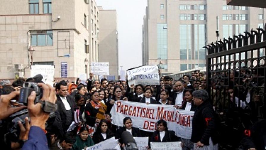 Пред съда се събраха много граждани, настояващи за справедливост