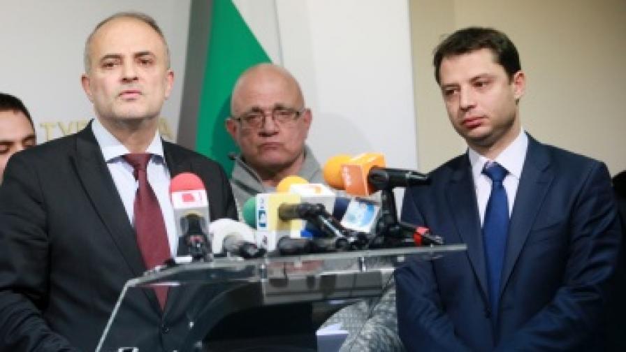 Министърът на икономиката, енергетиката и туризма Делян Добрев и министърът на труда и социалната политика Тотю Младенов се срещнаха днес в МИЕТ с представители на синдикатите