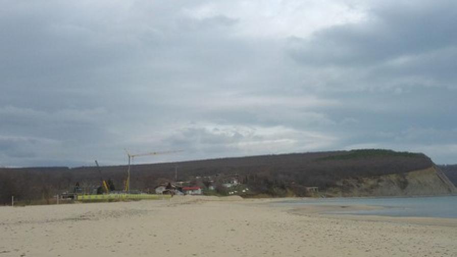 Природозащитници: На плажа на Иракли отново се строи