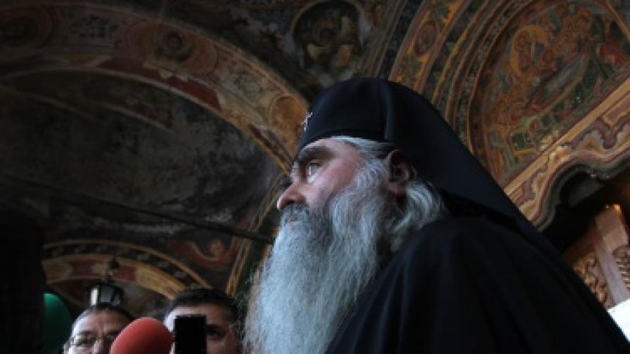 Митрополит Кирил, който заема поста преди избора на нов патриарх, е един от фаворитите въпреки досието си в Държавна сигурност