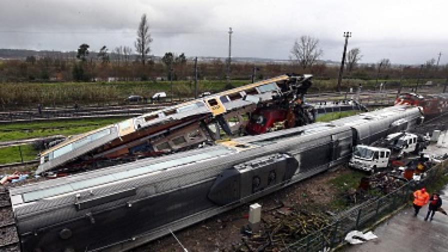 Влакова катастрофа обърка жп транспорта в Португалия