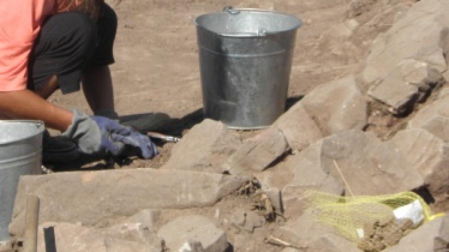 """Над 370 монети, съдове и военни атрибути са открити при разкопките за магистрала """"Струма"""""""