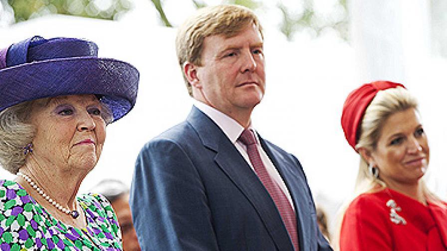 Кралица Беатрикс (вляво), принц Вилем-Александър и съпругата му принцеса Максима