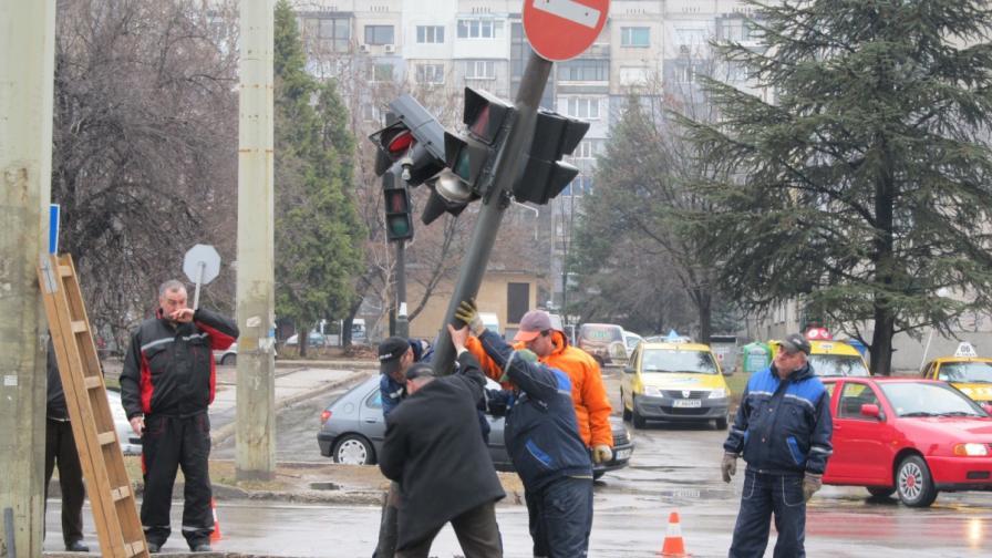 Катастрофа пречупи светофар в Русе и блокира тролеите