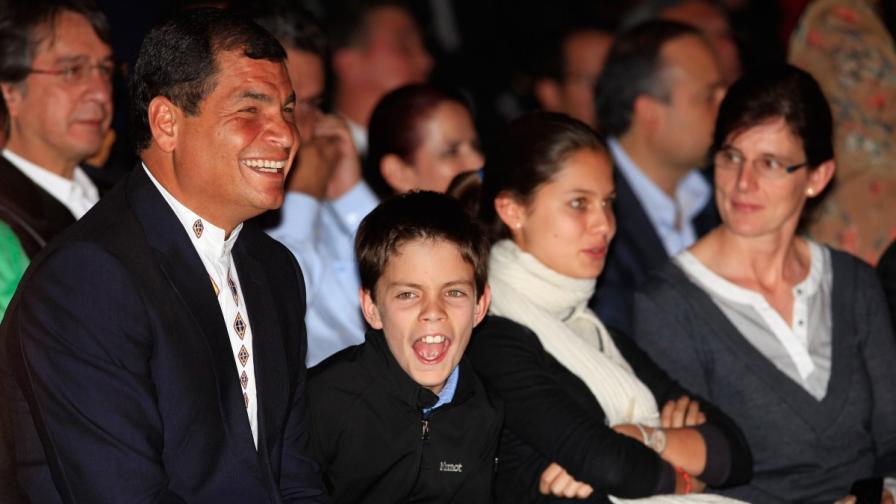Президентът на Еквадор Рафаел Кореа празнува спечеления трети мандат със семейството си - сина, дъщерята и съпругата (отляво надясно)