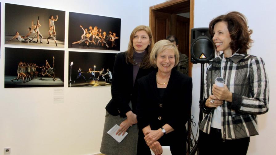 Посланик Марси Рийс и Цветелина Бориславова на откриването на изложбата