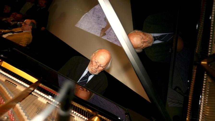 """Армандо Тровайоли свири музика от италианския филм """"Ухание на жена"""" на Дино Ризи, на нерелигиозна церемония в памет на починалия през 2008 г. режисьор"""