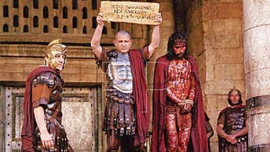 """Христо Шопов като Пилат Понтийски и Джеймс Кавийзъл като Иисус Христос във филма """"Страстите Христови"""" на режисьора Мел Гибсън (2004)"""