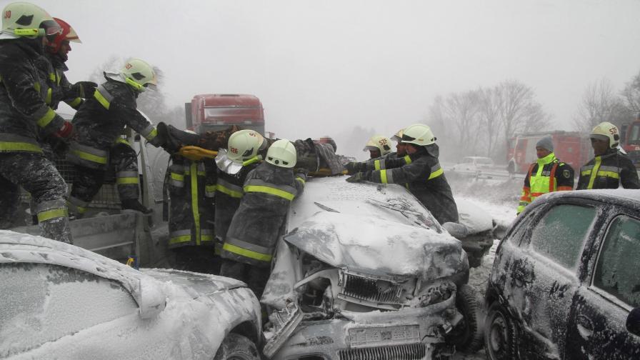 Танкове спасяват блокираните от стихията в Унгария