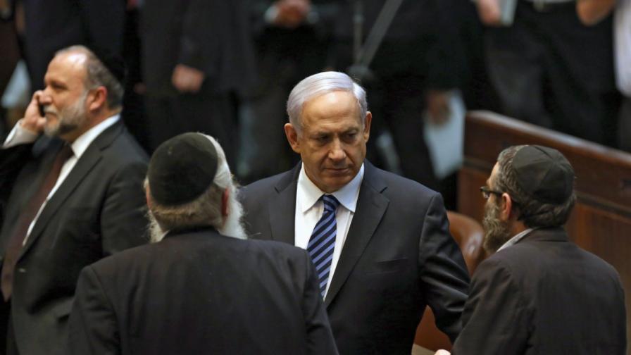 Министър-председателя Бенямин Нетаняху разговаря с ултраортодоксални депутати в Кнесета след като правителството му положи клетва