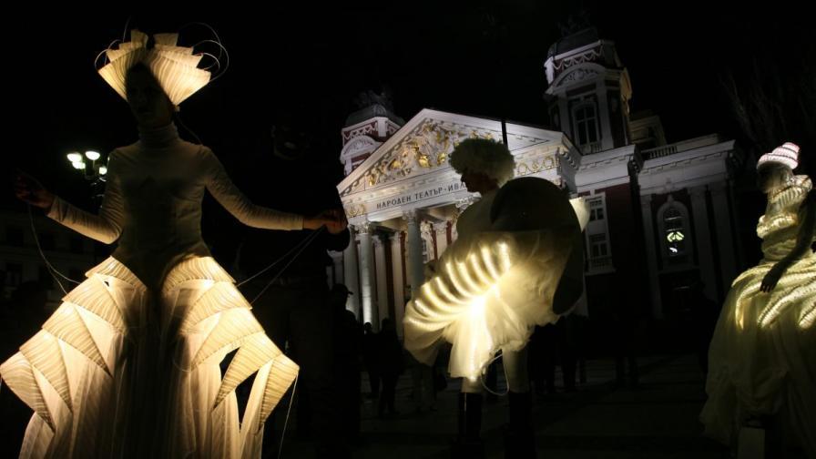 Стартът на светлинното шествие започна от площада пред Народния театър с импровизиран танц на факлите