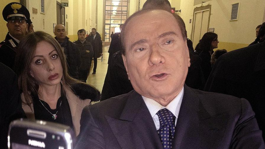 Рекламна скица с Берлускони и жени потресе Италия