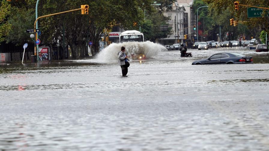 Десетки души загинаха при наводнения в Аржентина