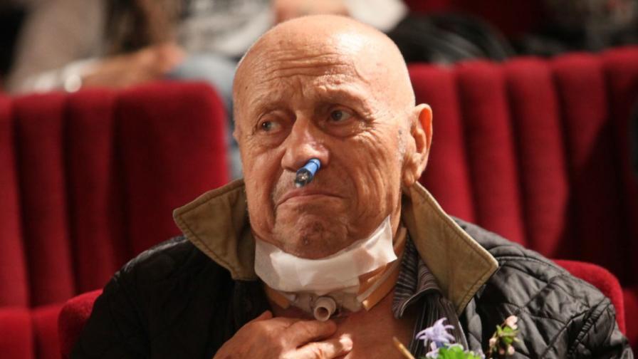 """След последните тежки операции, Рангел Вълчанов не може да говори, но присъства на премиерата на книгата """"Хем съм сам, хем няма никой"""""""
