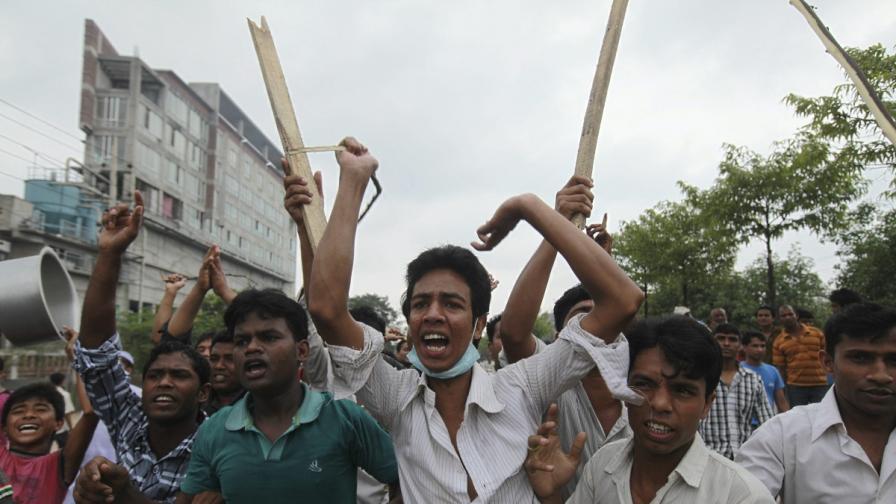 Бангладеш: Хиляди работници поискаха смърт за текстилен шеф