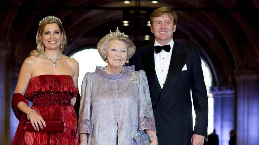 Холандската кралица абдикира в полза на сина си