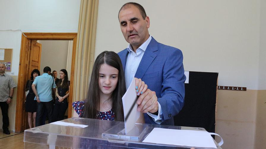 Цветан Цветанов гласува във Велико Търново на 12 май