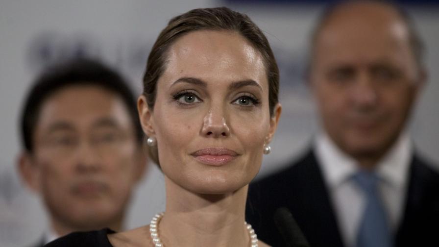 Анджелина ще изиграе майка си в биографичен филм