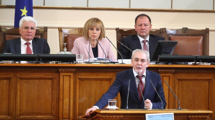 Лютви Местан на трибуната на парламента днес