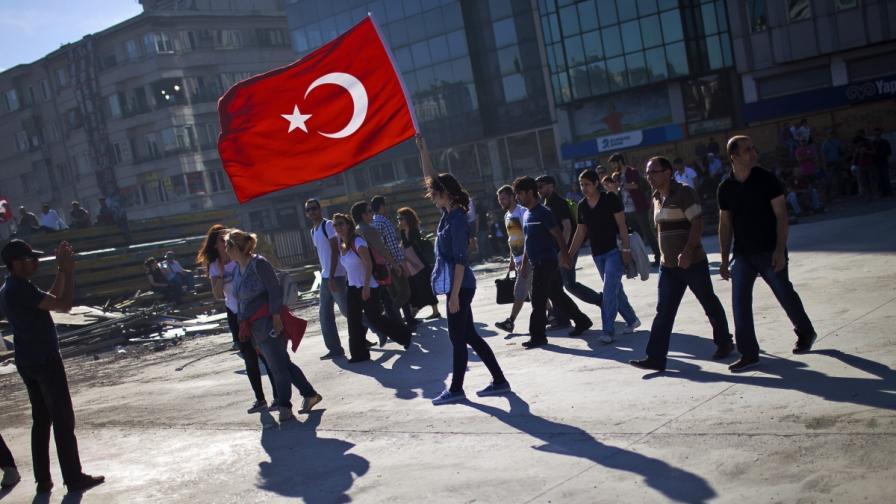 """Полиция и демонстранти влязоха в сблъсък на """"Таксим"""""""
