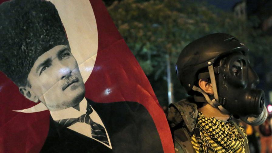 В Турция: Полицията хвърля газови бомби без да се съобразява с жени и деца