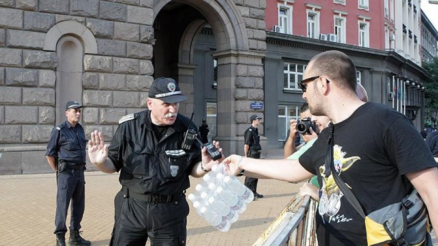 Столичната полиция с нов вид светлоотразителни жилетки за протестите