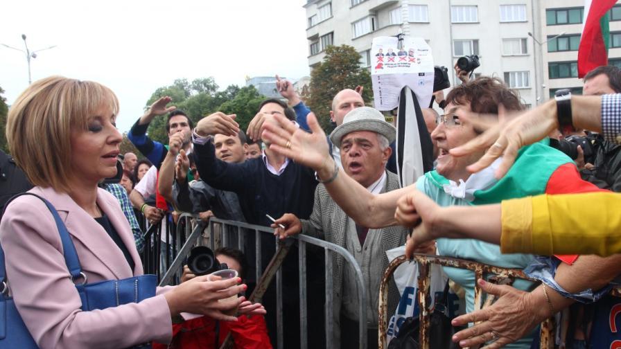 Мая Манолова излезе да говори с протестиращите пред Парламента, освиркаха я