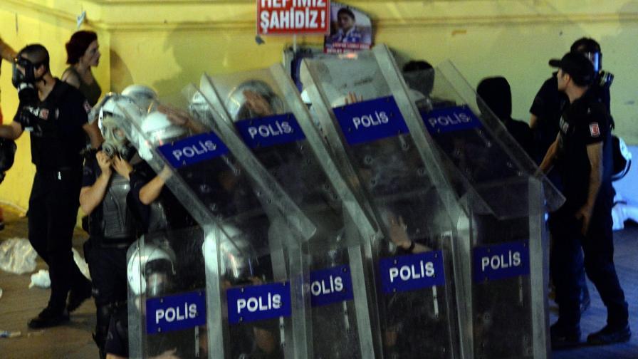 Сблъсъци между протестиращи и полиция в Турция, има ранени