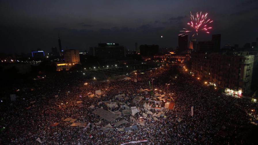 На площад Тахрир в Кайро новината за свалянето на Морси бе посрещната с фойерверки