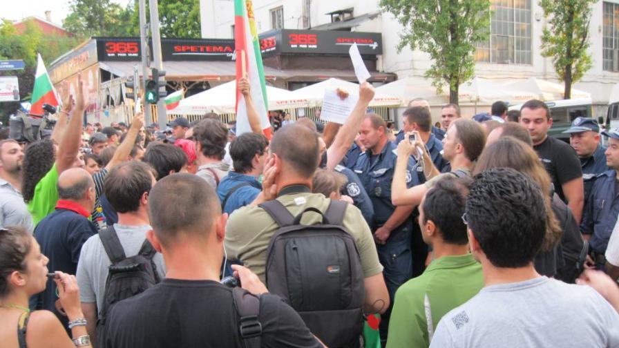 """Опасен сблъсък на граждани с полицаи беше избегнат на пресечката на бул. """"Васил Левски"""" и ул. """"Оборище"""""""