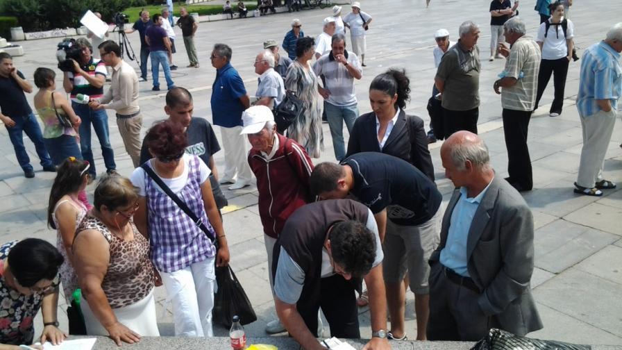На контрапротестите пред НДК продължава събирането на подписи в подкрепа на правителството
