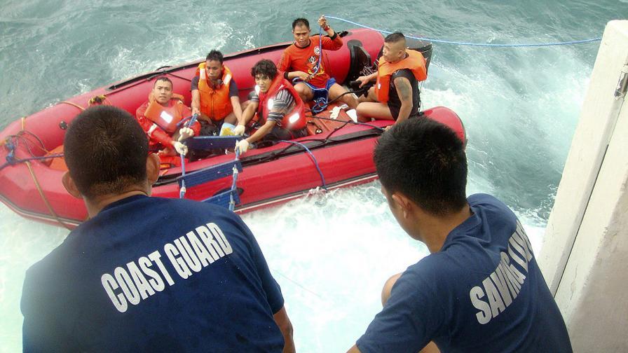 Лодка с бежанци потъна край Ява, издирват десетки