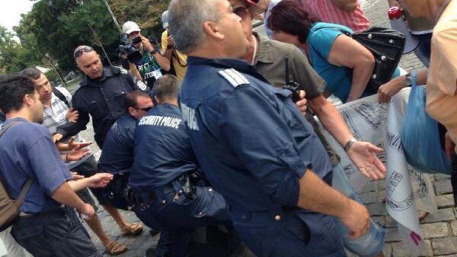 Очевидци: Полицаи биха момче пред парламента