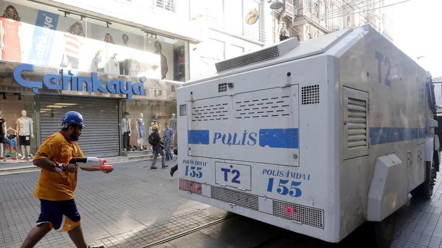"Демонстрант пръска с водна пушка автомобил ТОМА на площад ""Таксим"" Истанбул"