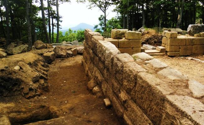 Голям оброчен релеф на Зевс открит край Старосел