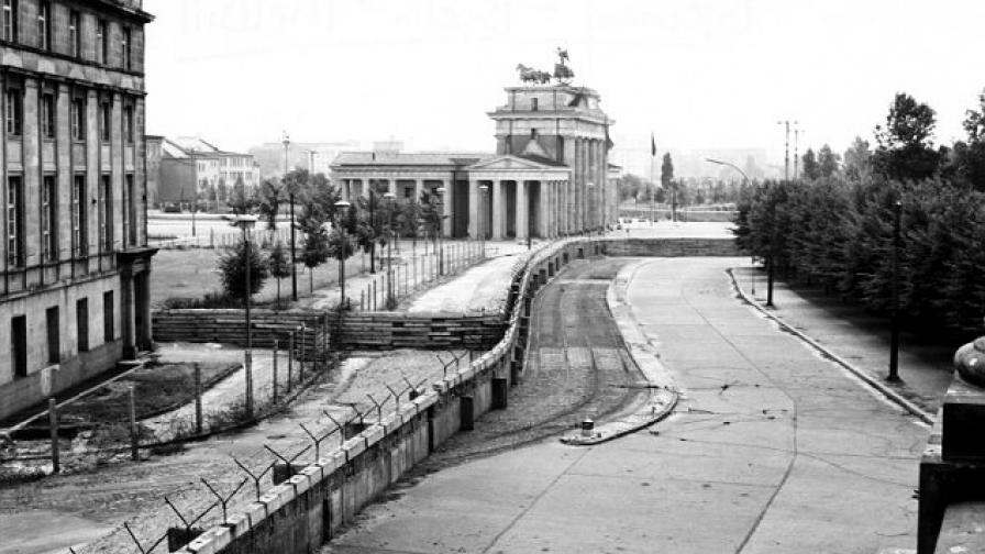 Част от Берлинската стена, снимана откъм мъртвата зона в центъра на столицата на ГДР. В дъното е Бранденбургската врата