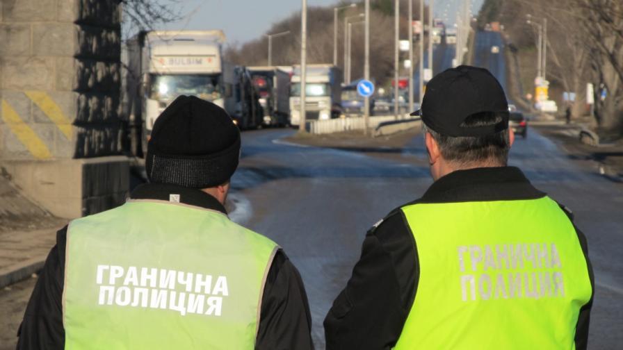 Шестима остават в ареста за хакването на митниците