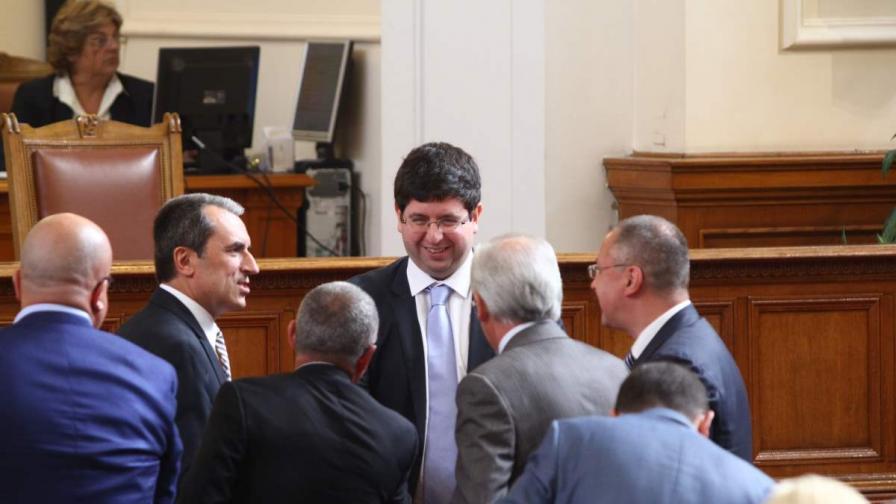В пленарна зала присъства министър-председателят Пламен Орешарски и министри