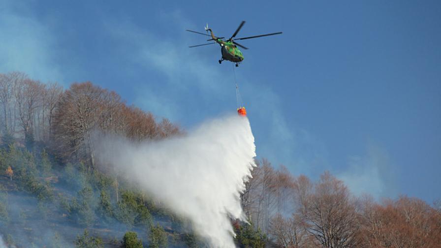 Хеликоптер на ВВС гаси пожара в Локорско, ситуацията остава тежка
