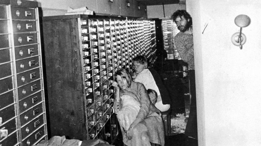 Снимка на банковите служители, задържани като заложници в банка в Стокхолм преди 40 години